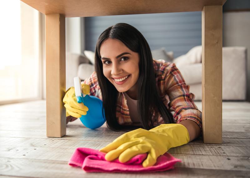 huisvrouw opruimen