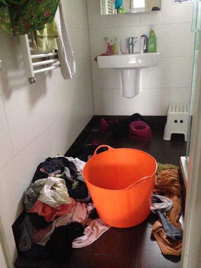 Serieus, dit is mijn freaking badkamer mét, hoe luxe, een wasmand!
