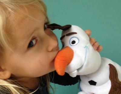 De peuter houdt ook van Olaf's warme knuffels!