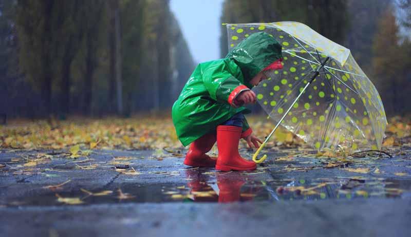 peuter in de regen