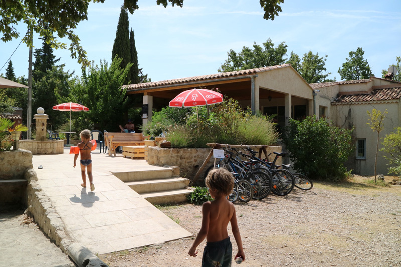 De receptie van de kleine camping  L'Avelanede