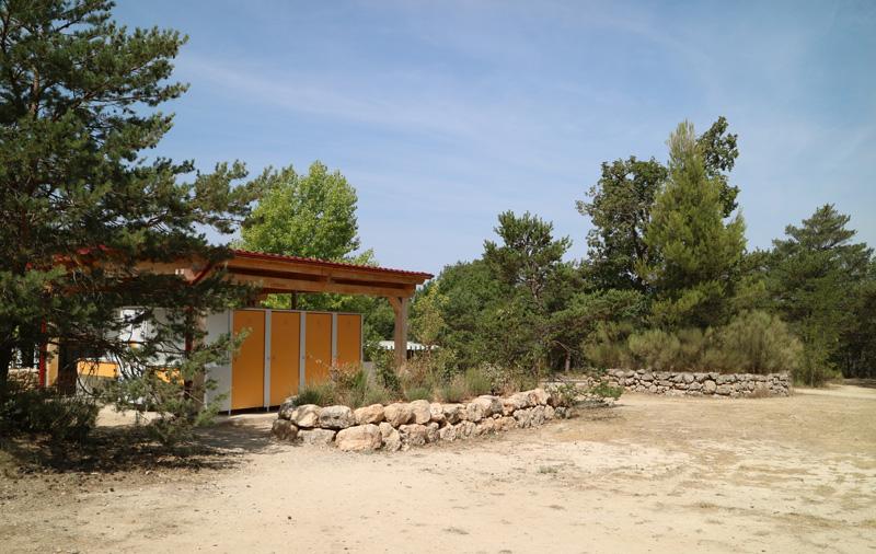 Een net toiletgebouw bij camping L'Avelanede
