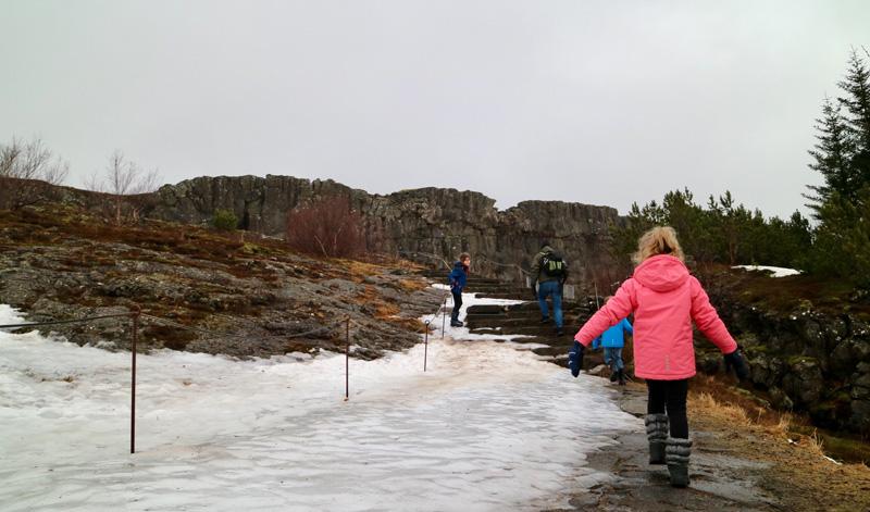 In de winter zijn sommige wandelpaden afgesloten, of  glibberig.