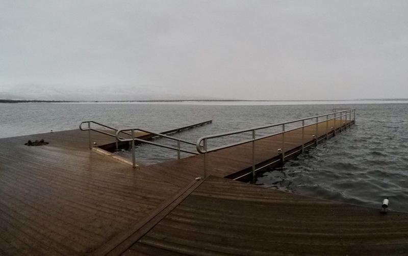 Steiger aan het meer bij Laugarvatn Fontana, IJsland.