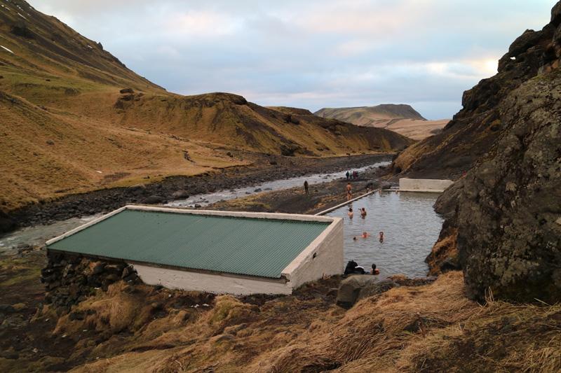 Seljavallalaug zwembad tussen de bergen in IJsland