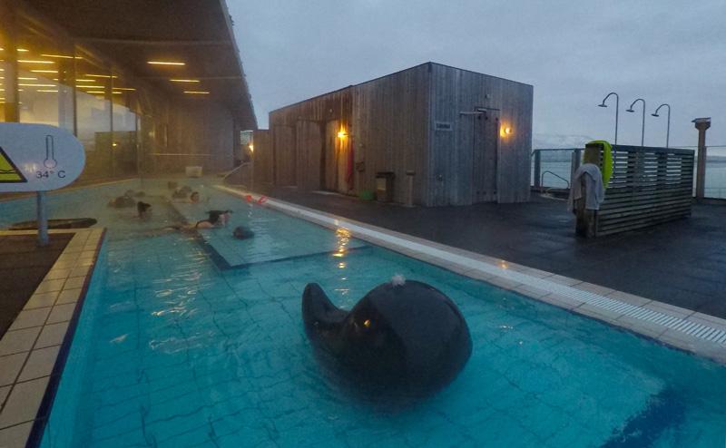 Kinderbad en sauna's in het Fontana zwembad in IJsland.