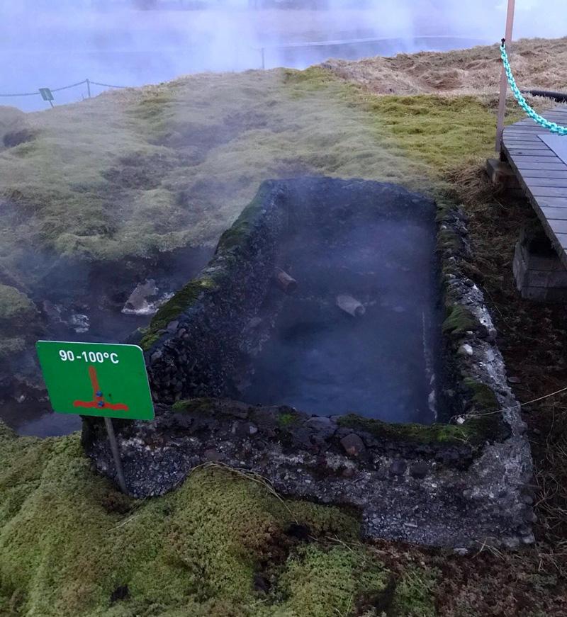 Geiser bij het secret lagoon warmwaterbad in IJsland