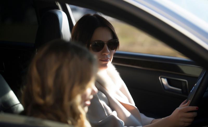 moeder in auto