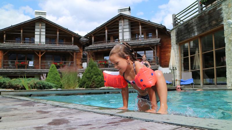 zwembad kind Hotel Post Alpina