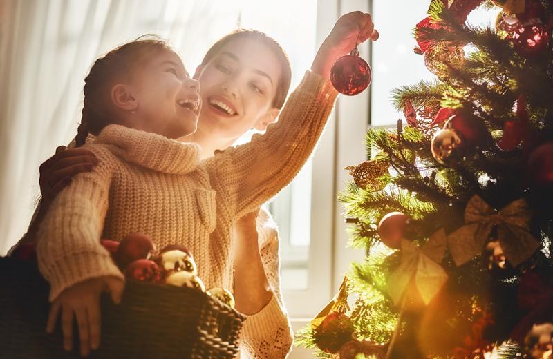 kind kerstboom versieren